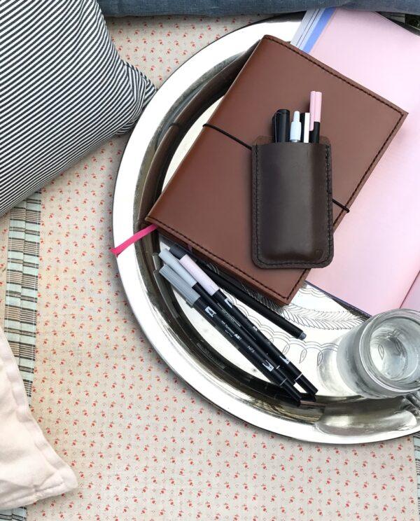 pen sleeve 4 penne, pen sleeve til 4 penne, etui til penne, etui til 4 penne, læderetui til penne, penalhus, penneholder, penneholder i læder