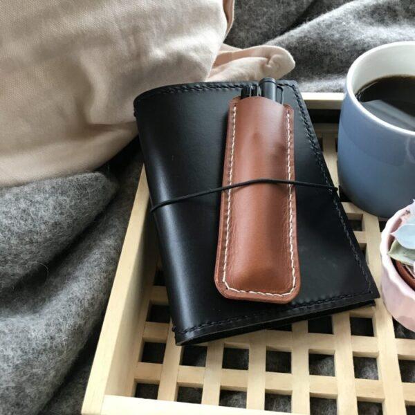 Pen sleeve 2 penne, pen sleeve til 2 penne, pensleeve, pen sleeve, pen sleeve i læder, leather goods, etui til penne, penneholder, penalhus