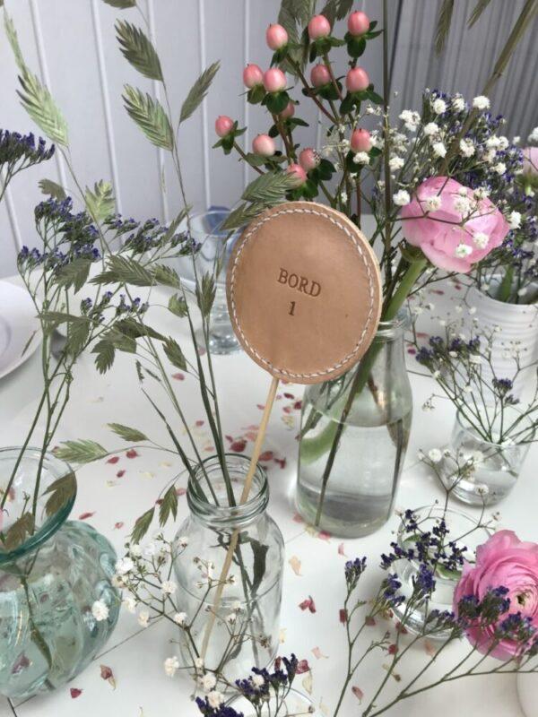 bordnummer, bordnummer i læder, borddækning, konfirmation, bryllup, diy bryllup, romantisk bryllup, skandi-stil, nordisk boheme, bryllup, bordkort, wedding