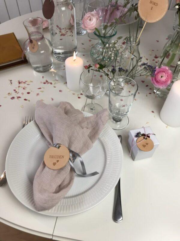 runde bordkort, runde brdkort i læder, bordkort, læder bordkort, læderbordkort, bordkort i kernelæder, konfirmation, bryllup, fest, borddækning