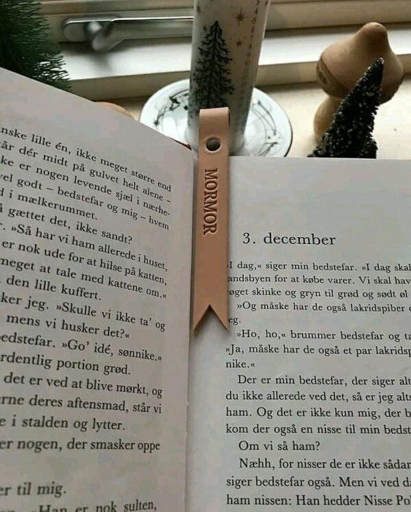 bogmærke, bogmærke med navn, bogmærke med tekst, bogmærke i læder, personligt bogmærke, bedsteforældregave, gaveide, personlig gave