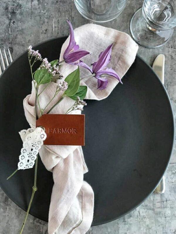 Navnemærke, Bordkort i læder, læderbordkort, læder bordkort, personligt bordkort, DIY wedding, bryllup, borddækning, konfirmation, fest, stor fest, havefest