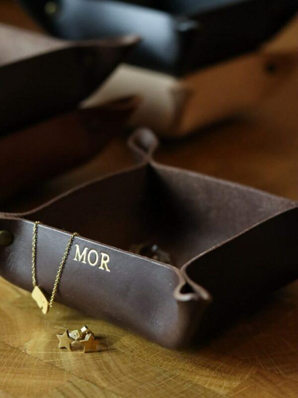lille læderbakke, læder bakke, læderbakke, læderbakke med tryk, læderbakke med navn, smykkebakke, bakke til nøgler, bakke i læder,