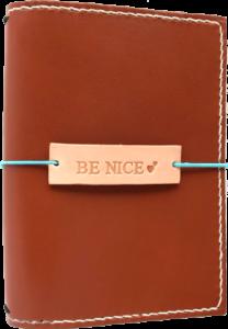 lædermærke med tekst, læder tags, lædertags, lædermærke, symærke, dekorationsmærke, travelers notebook, traveler´s notebook, notebook charm, notebookcharm, gæstebog, rejsedagbog, dekoration til bullet journal, bullet journal, journal, bujo
